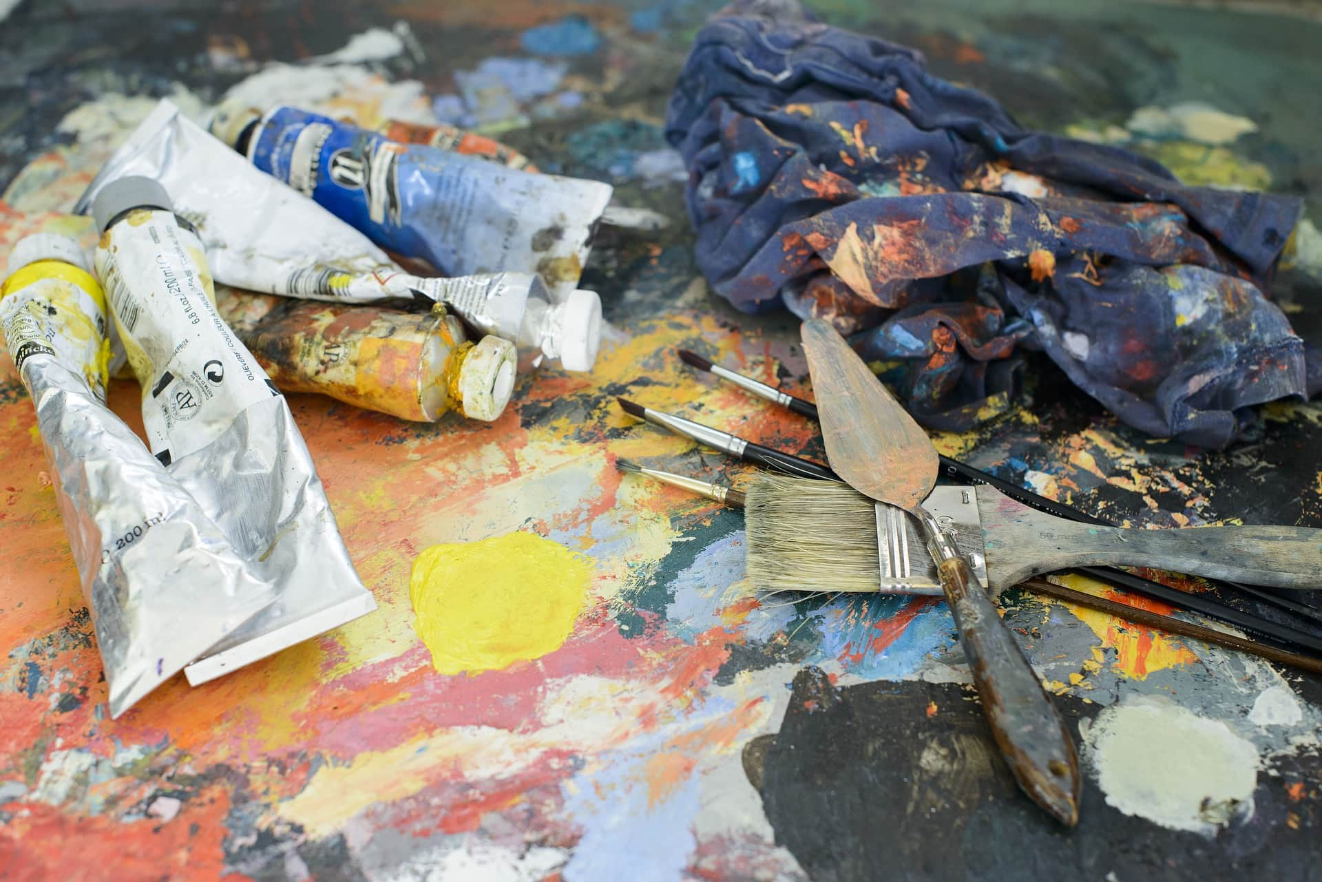 ein Malertisch mit Farben und Spachtel - bunt