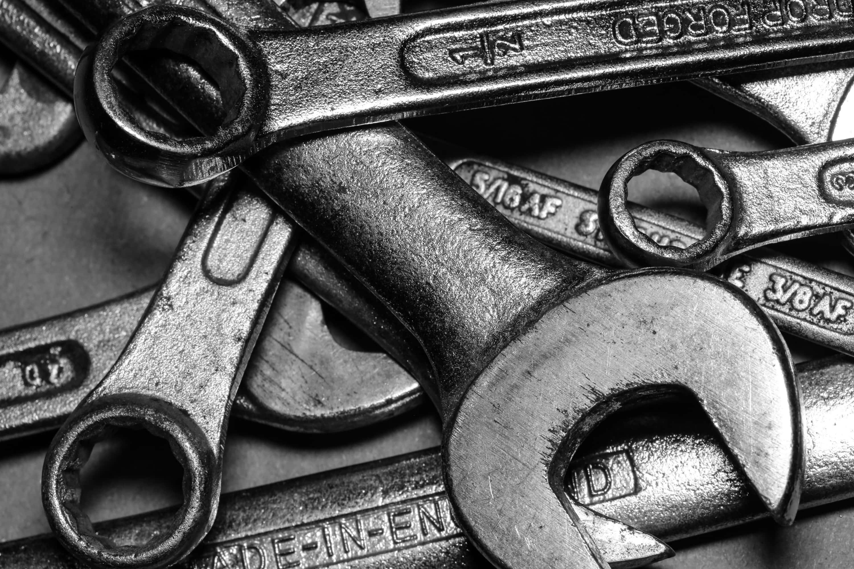 Mutternschlüssel übereinander liegend